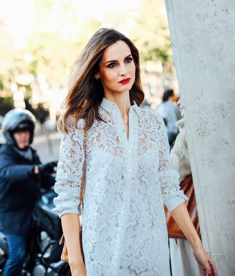 6fd6366866132 Un romántico vestido de encaje estilo babydoll combinado magistralmente con  labios rojo pasión y accesorios nude  la definición perfecta de menos es  más.